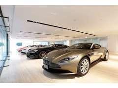 世界最大級を誇るショールームです。1000平米のフロアには8台展示が出来ます。