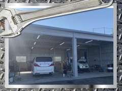 整備工場、塗装ブースも完備しております。