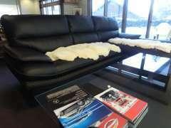 広いソファですので、多人数でもご来店いただけます。