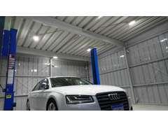 夜間にご来店頂いても、明るい工場内でお車を見ていただけます!