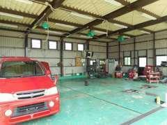 軽い部品交換などは併設のスペースで行えます♪自社工場も完備!