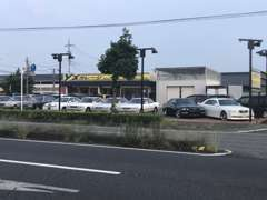 高崎環状線沿いハナミズキ通りから1分。黄色の看板が目印です。