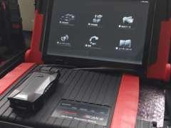 国産車、輸入車に対応する様々な工具・設備を導入しています。