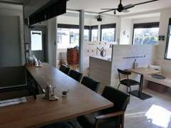 カフェも併設の店内です!白色ベースの落ち着いた雰囲気!待ち時間に雑誌なども用意しております!