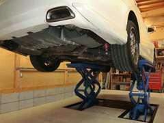 タイヤ交換やオイル交換など屋内での作業が可能です!また、積載車での陸送も可能なのでお車の事ならお気軽に御相談ください!