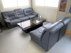 こちらは商談スペースです。お客様からは「癒しのソファ」と呼ばれており、5分座ると睡魔に襲われるそうです。是非お試しを…笑