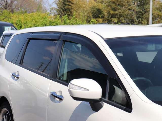 【ドアバイザー・ドアミラーウインカー】雨の日にとっても便利なドアバイザー付き!視認性の良いドアミラーウインカーも装備!