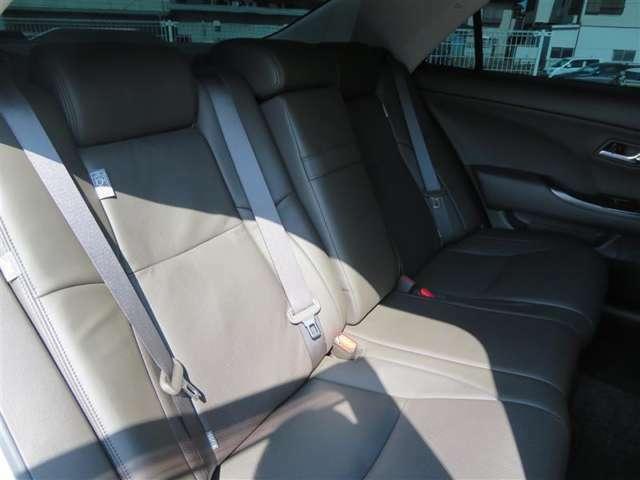 ラグジュアリー性充実の後部座席です。革シートはゆったり座って快適な移動時間を過ごすことができそうです。おもてなしの心を意識した室内空間ですね。