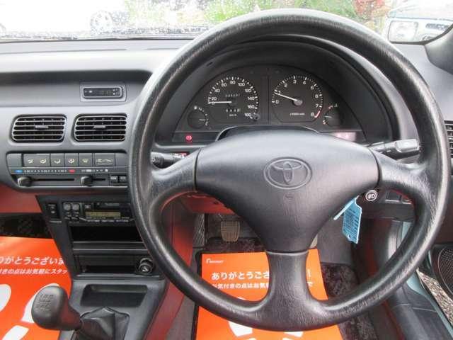 大変きれいなコックピット周りです。当時の車ですのでエアバッグも無ければABSも装着されておりません。年式的にはギリギリですね!これ以上新しい車になるとアレやコレやと安全装備が嫌でも付いてきちゃいます。