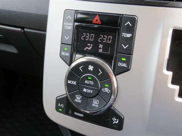 運転席と助手席で、個別に温度設定ができるデュアルエアコンです。気温の感じ方は、人それぞれ違うもの。乗る人に優しい機能ですね。