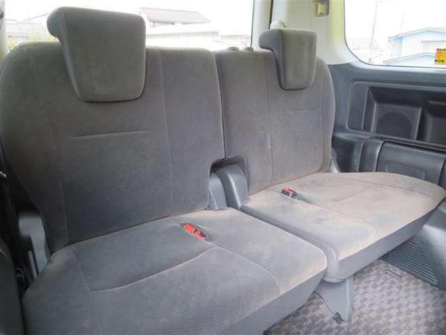 3列目のシートは折りたたむ事ができ、同乗される方の人数や、荷物の量に合わせて使用していただけます!