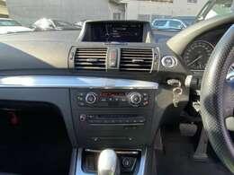 【特徴4】黒パネルになっております。下の部分には前席シートヒーターのボタンが付いております。