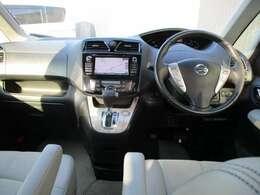 運転席から見た死角の少なさは⇒運転席から見た三角窓の視界がもっとも広くなるように三角窓の形も左右非対称としています。また、低いウエストラインで側方視界も確保。歩行者を視認しやすく、左折時も安心です