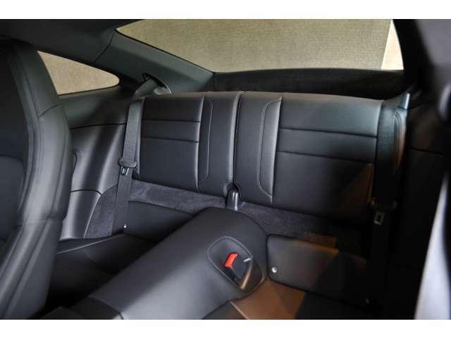 後部座席は畳んで荷物置き場にも、ISOFIXも付いておりますのでチャイルドシートも取り付け可能です!