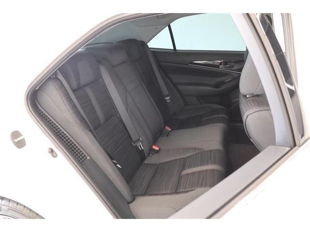 前席シートバック形状を工夫し、後席乗員との間隔を拡大。ゆったりとくつろげ広さを確保してあります!