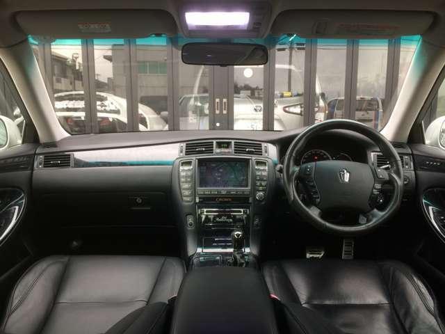 サンルーフから光が取り込めて、車内も明るいです! グローブボックス、小物入れ、ドリンクホルダー、大容量コンソールボックスなど、大小様々な収納が、機能的に配置された、高級感漂うインパネ周り!