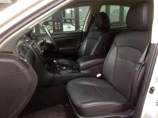 高級車ならではのホールド感のよい重厚な黒本革シートで、ロングドライブも快適です! 運転席にはメモリー付きパワーシート搭載で、力いらずのワンタッチでシートアレンジ出来ます!