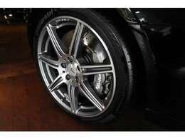 フロント265/35-19、リア295/30-20の前後異径サイズのタイヤがレーシーです。