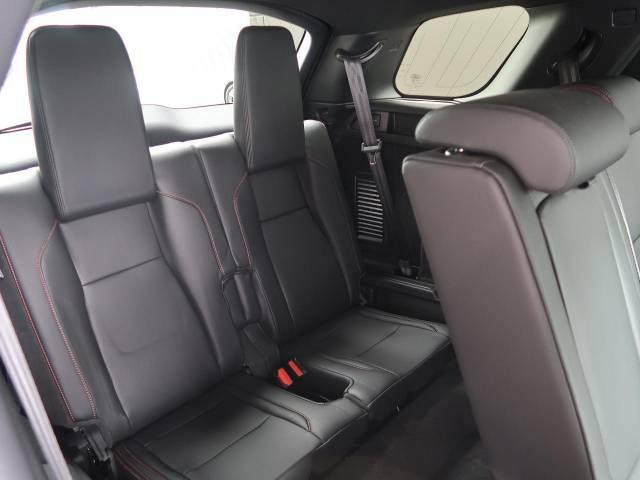 【5+2シート】3列に分かれた7人乗りのシートは簡単に展開可能です。空間を巧みに利用する様々な工夫が乗る人すべてにファーストクラスの乗り心地を提供します。