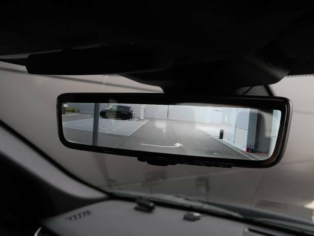 【クリアサイトグラウンドビュー】は通常は死角となるボンネットをシースルーしたような映像で確認できます。岩や低い壁などの障害物を安全に回避でき、オフロードや市街地での運転も安心です。。
