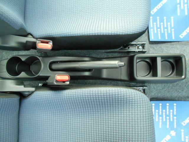 運転席と助手席の間には『ドリンクホルダー(4個分)』があります!!