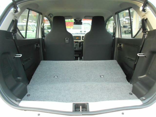 リヤシートの背もたれを前方に倒すと、ラゲッジスペースが広がります!!