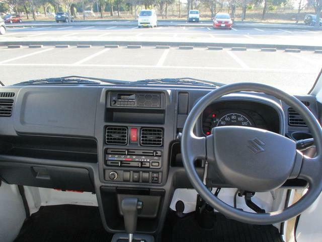 使いやすいデザインの運転席周り。