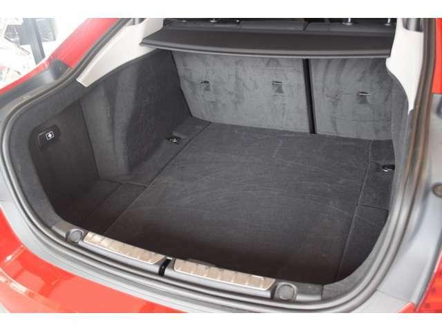 【トランクルーム】全面をファブリック処理し荷物に傷がつくのを防ぎます。ラゲージルーム照明を装着。背もたれをほぼ水平まで倒すことが出来ますので、大きな荷物の収納にも便利です。