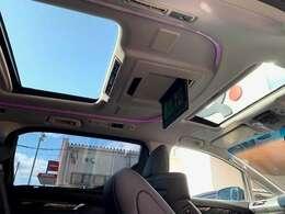 ツインムーンルーフを開けると解放感満載でLEDルームライトイルミネーションを装備しています。同グレード同オプション新車購入参考価格7,300,000円