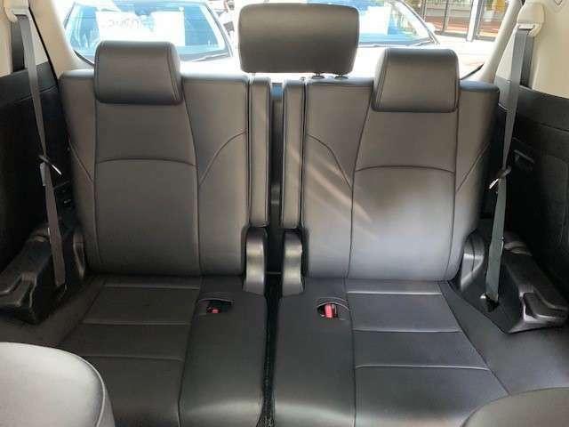 サードシートも大人3人ゆったり座れる構造となっております。