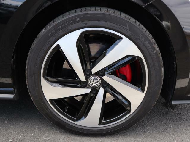 21540R17。GTI専用5スポークアルミホイール。赤いブレーキキャリパーがよりスポーティーに演出してくれます。