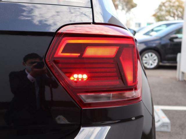右テールランプにはより明るく光るリヤフォグランプが内蔵されています。(後続車が眩しい為、悪天候時にのみご利用下さい。)
