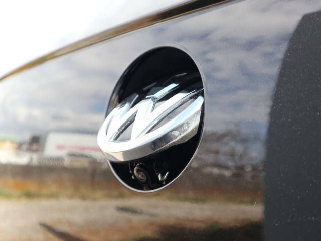 デザイン性に優れたエンブレム収納リヤカメラが装備されていますので車庫入れも安心です。