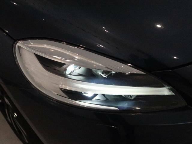 アクティブハイビームLEDヘッドライト『消費電力が少なく、明るいLEDヘッドライト。北欧神話に登場するトールハンマーをモチーフにデザインされたまったく新しいボルボを象徴するヘッドライトです。』