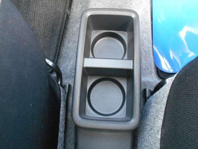 運転席と助手席の間には、カップホルダーも装備して、ドリンクを飲みながら、ドライブを楽しめます。