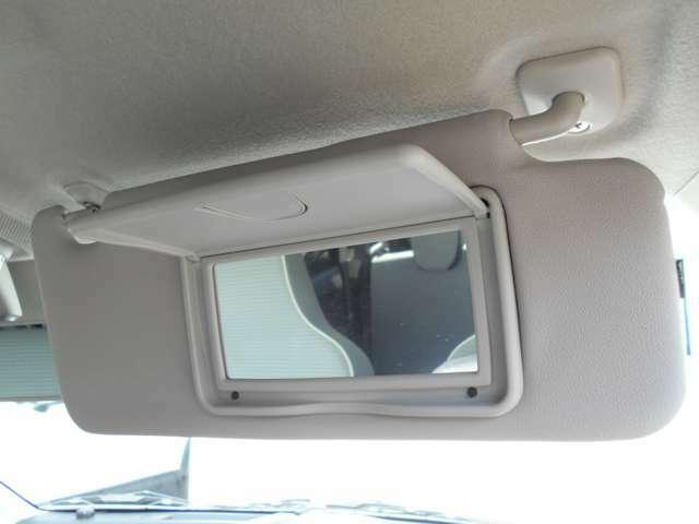 車内での簡単な身だしなみチェックの出来る、バニティミラーです