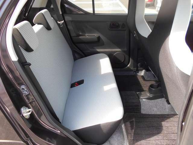 後席の足元にも余裕の有るスペースがあり、大人の方でもリラックスして座っていただけます。
