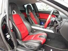 運転席は電動にて調整可能なパワーシートを装備し、全国でも希少価値の高い黒X赤コンビレザーシート付。目立つような切れや擦れも無く大変綺麗な状態となります。お気軽にお問い合わせ下さいませ