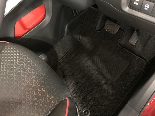 痛みの出やすい運転席シートの角、フロアマット、ともに良好です