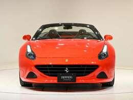 外装Rosso Scuderia(レッド)で鮮やかなお色です。内装はNero(ブラック)をベースとしております。ぜひ実車をご覧くださいませ。