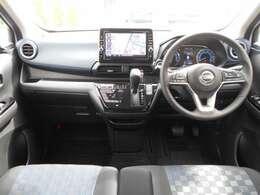 軽自動車初の9インチワイドナビ搭載! 落ち着きのある室内空間! ベンチシートで広々快適にお過ごしいただけます!