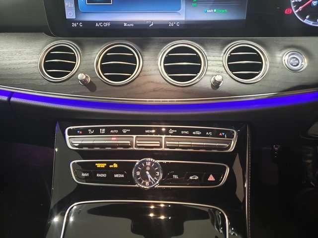 運転席、助手席で独立して温度設定が可能。室温や外気温の変化に応じて、設定に合わせた温度と風量を自動的に調整します。