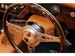 オプションのMoto-Litaステアリングはダッシュボードと統一したウォルナット・光沢仕上げです。ボス・ホーンも交換済。