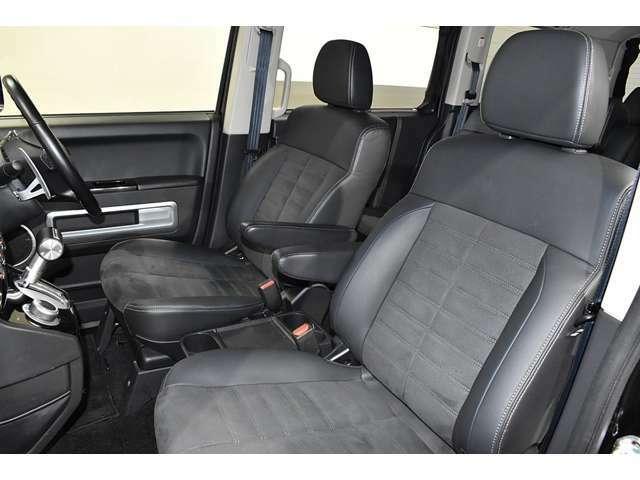 広くて見晴らしの良いフロントシート!落ち着いたダークグレーの内装です!