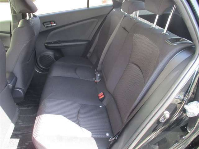【リヤシート】 使用感も少なく、フロントシート同様に快適な座り心地です。