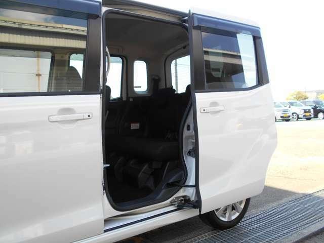 助手席側は電動スライドドアですので、運転席のスイッチや、リモコンキーでの開閉も可能ですよ。