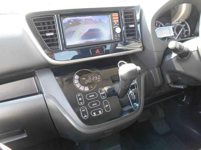 バックカメラ・フルセグTV・CDチューナー・ナビゲーション搭載車です。長距離ドライブでも快適ですね。