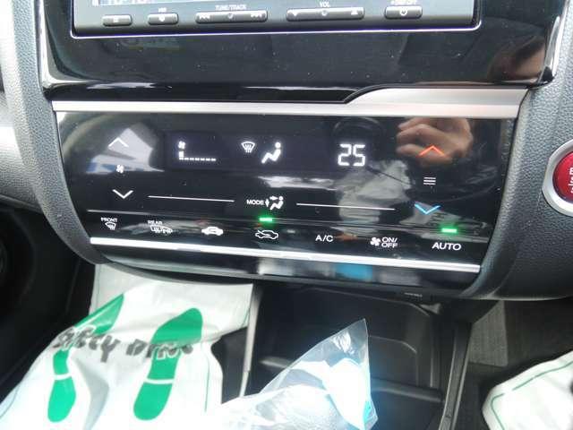 タッチパネル式のフルオートエアコンとなっております!面倒な手間なく車内の温度を快適に保ちます!