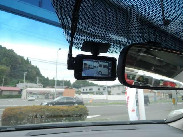 ドライブレコーダーついております。リアにもカメラがついておりますので、走行の安全確認にはもってこいですね!
