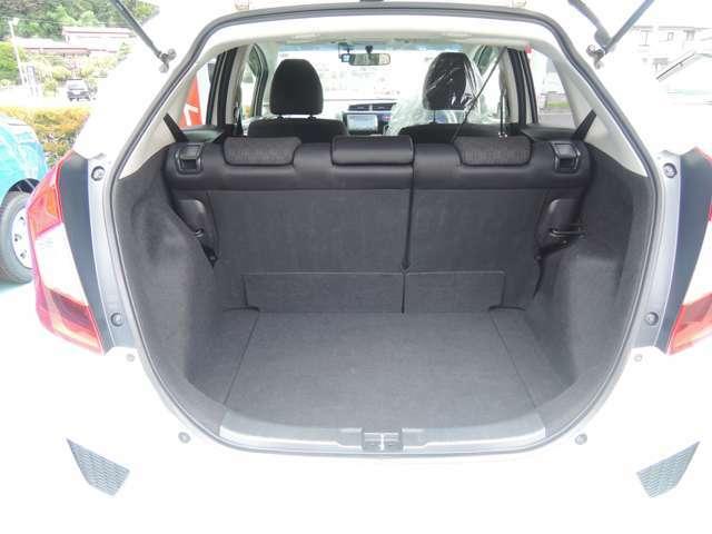 トランク側からのシートのリクライニング操作が可能ですのでシートを倒して広く使うこともできます!